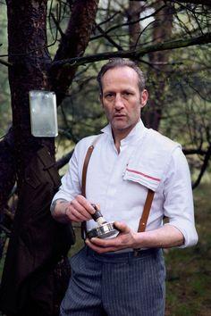 man met stijlvol kostuum scheert zich in het bos