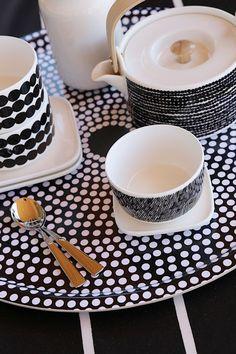 marimekko Focus Tray with Räsymatto mugs and bowls Scandinavian Interior, Scandinavian Design, Cocinas Kitchen, Kitchenware, Tableware, White Cottage, Porcelain Ceramics, Ceramic Art, Nordic Design