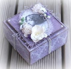 Mitt Lille Papirverksted: En Lilla Eske i En Romatisk Stil Paper Boxes, Lilacs, Decorative Boxes, Couture, Happy, Log Projects, Crates, Lilac Bushes, Ser Feliz