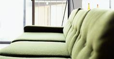 Que cor de parede combina com um sofá verde oliva?. Se você encontrou o sofá perfeito, na sua cor favorita - verde oliva -, mas suas paredes não combinam, a tinta branca pode ser uma solução rápida. No entanto, se você realmente gosta da cor, há muitos tons disponíveis que vão fazer o seu novo sofá se encaixar na decoração. Comece visitando uma loja de construção para obter algumas cartelas de ...