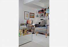 Mais uma vez, a mesa de centro espelhada conta pontos a favor na decoração da sala de estar. O apartamento de 168 m² tem projeto do arquiteto Mario Celso Bernardes  Marcelo Magnani / Casa e Jardim