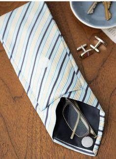 Sabe aquela gravata que o maridão não usa mais? Que tal fazer um porta-óculos com elas? É um bom presentinho para o fim de ano!Veja como é simples:  1- Meça seus óculos e corte a ponta mais fina da gr