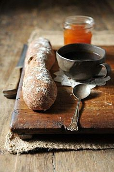 Pain et confiture / Bread and jelly.