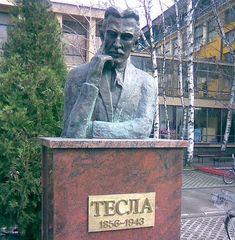 busto de Tesla en Novi Sad  Busto de Nikola Tesla, se creó en frente de la Facultad de Ciencias Técnicas de Novi Sad el 18 de mayo de 2006.