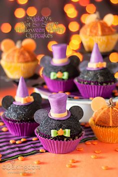 Mickey halloween cupcakes - for the year of disney ! Halloween Desserts, Halloween Cupcakes, Dulces Halloween, Pasteles Halloween, Halloween Goodies, Halloween Treats, Halloween Food For Party, Halloween Games, Disney Halloween