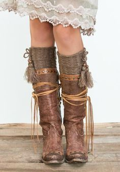 Fancy up those boots of yours with our hip Tassel Boot Cuffs! They are the perfect piece that you are looking for to add that hipster vibe to your boots! Love this look. Hippie Stil, Estilo Hippie, Hippie Boots, Cowgirl Boots, Botas Boho, Boot Jewelry, Over Boots, Boho Shoes, Wedding Boots
