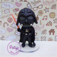 Miniatura estilo Mini Cult do personagem Darth Vader, da franquia Star Wars (Guerra nas Estrelas), de George Lucas. Venha conosco para o lado negro da Força! ;) <br> <br>Produto sob encomenda. Valor unitário. <br>Material: biscuit; base acrílica redonda. Altura: 8cm. <br> <br>Antes de encomendar, não esqueça de conferir as políticas da loja (http://www.elo7.com.br/patysbiscuit/politicas ), e de entrar em contato para consultar disponibilidade na agenda!