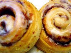 Make Easy Cinnamon Buns using crescent rolls! Biscuit Cinnamon Rolls, Cinnamon Rolls From Scratch, Cinnabon Cinnamon Rolls, Breakfast Dishes, Breakfast Recipes, Breakfast Ideas, Brunch Dishes, Crescent Dough, Crescent Rolls