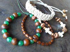 Mix de pulseiras by Macramellen contendo 4 pulseiras com pedras naturais jade verde, contas em madeira, crucifixo em pedra lapidada ágata , cordões encerado e cordão camurça bege. <br>Todas ajustáveis ao pulso.