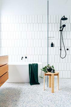 Grüne Akzente in einem weißen Raum - Badezimmer Ideen Modern Shower, Modern Bathroom, Small Bathroom, Bathroom Black, Bathroom Photos, Downstairs Bathroom, Bathroom Towels, Scandinavian Bathroom, Scandinavian Style