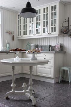 add: design / anna stenberg / lantligt på svanängen: Kök med pasteller som alltid när våren närmar sig... White Decor, Beautiful Kitchens, Sweet Home, Shabby, Cottage, Table, Room, House, Furniture