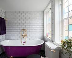 Ett romantisk badrum med genomgående inslag av mässing. Till golvet har kunden valt mönstrad klinker i marockansk stil. De vackra badrumsfönsterna i färgat glas får badrummet att bada i ljus. Det unika badkaret på tassar i mässing kombineras med en inbyggd blandare, också den i mässing. Ett stort handfat i vitt porslin har installerats på en underdel i vitt trä. Bada, Clawfoot Bathtub, Bathroom, Washroom, Full Bath, Bath, Bathrooms