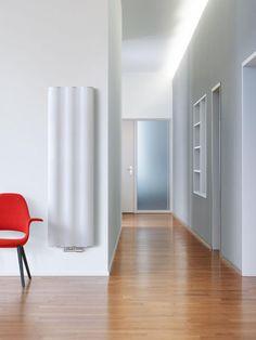 RADIATORE RUNTAL VELUM. Un design che crea eleganti onde. La superficie di questo particolare radiatore si presenta in tutta la sua sensualità. Dietro le sue forme perfette si cela un radiatore innovativo ed efficiente: un sistema modulare efficace, con un cuore in acciaio, rivestito da elementi in alluminio ultraleggero che si riscaldano in pochissimo tempo. Grazie a questa struttura flessibile e alle molteplici varianti di colore, il radiatore si integra perfettamente in ogni ambiente…