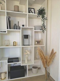 """Stufo delle solite librerie noiose? Allora scegli la libreria a parete Iacopo dallo stile moderno e particolare. Perfetta anche come """"parte divisoria"""" per spezzare gli spazi e creare """"movimento""""! Scegli la """"misura"""" perfetta per te e i tuoi spazi.      Misure: XXL - XL - L - M - S - XS     XXL: 28 x 482,4 x H236,4 cm     XL: 28 x 321,6 x H236,4 cm     L: 28 x 314,6 x H160,8 cm     M: 28 x 236,4 x H160,8 cm     S: 28 x 158,2 x H160,8 cm     XS: 28 x 80 x H160,8 cm Industrial Home Design, Modern Interior Design, Home Room Design, House Design, Home Living Room, Room Inspiration, Bedroom Decor, House Styles, Home Decor"""