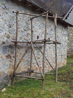 steiger, gezien in de Franse Pyreneën. scaffold of natural materials