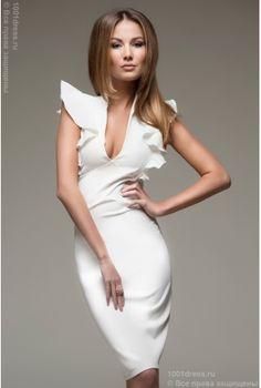 Молочное платье-футляр с воланами на плечиках