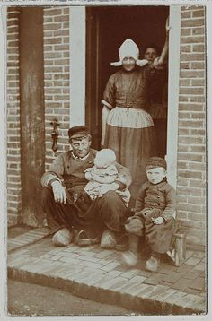 Volendammer familie 1900 (The Netherlands) Old Pictures, Old Photos, Vintage Photographs, Vintage Photos, Dutch People, Postcard Art, History Photos, Dark Ages, Historical Pictures