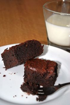 """Das Rezept für diese leckeren Brownies habe ich auf einem meiner liebsten englischsprachigen Food Blogs gefunden, Brown Eyed Baker. Ich bin immer auf der Suche nach richtig saftigen, """"klitsch…"""