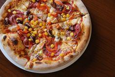 Podobno potrawę w rodzaju pizzy podawali już starożytni Grecy. Były to płaskie chleby posmarowane oliwą, czosnkiem, posypane ziołami.