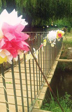#decoracion con #pompones #multicolor para #boda