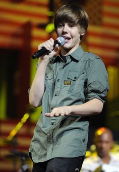 Awwwwww lil biebs :) He was so cute there.soo cute was Justin. Justin Bieber Gif, Justin Bieber Posters, Justin Bieber Pictures, Estilo Selena Gomez, Bae, Love Him, My Love, Other People, Album