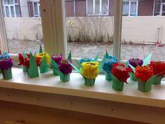 Lente - Knutselidee - Hyacint maken Summer Art Projects, Kindergarten, Happy Easter, Cool Kids, Little Ones, Planter Pots, Crafts For Kids, Diy, Valentines