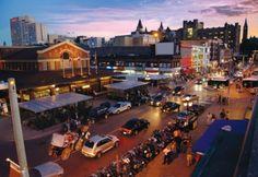 ByWard Market, Canadá, OTTAWA. Es uno de los vecindarios distinguidos de la ciudad. Además de ser un enorme mercado al aire libre con plantas, frutas y artesanías durante el día, sus calles están repletas de pequeñas casas de té, cafés y tiendas de ropa de diseñadores independientes. La calle Dalhousie es una de las calles más visitadas al momento de las compras.