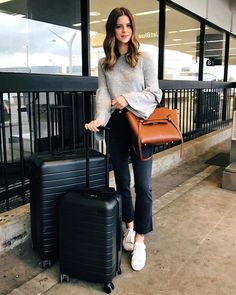 Talking about what to wear on an airplane - my favorite outfits for long airplane rides | Los Angeles Fashion and Lifestyle Blogger