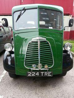 Morris J type Van Vintage Vans, Vintage Trucks, Old Trucks, Morris Minor, Classic Trucks, Classic Cars, Monospace, Minis, Van Car
