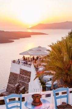 The view of the santorini sunset at Fira looking over Ellis restaurant in the foreground.