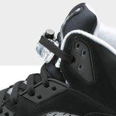 Il nuovo modello Air Jordan 5 Oreo reintroduce la suola semitrasparente e lo stile ispirato agli aeroplani del leggendario designer Nike Tinker Hatfield.