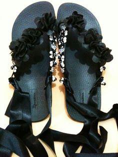 Chinelo flor de camurça Bling Sandals, Bling Shoes, Chinelos Flip Flop, Diy Fashion, Fashion Shoes, Design Your Own Shoes, Bridal Flip Flops, Decorating Flip Flops, Shoe Refashion