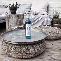 Fredagsmys utomhus. D köpte det blå vinet idag som jag velat testa så länge. #altan#uteplats#outdoor#pläd#louandfriends#kuddar#linen#linne#lilysandhoney#onödigtsnyggt#växter#blomsterlandet#glas#iittala#vin#blåttvin#bluewine#wine#mdalcantara#lavendel#viol#utesoffa