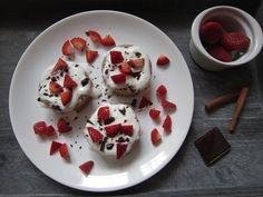 Nestíháte ráno snídat? Zdravý mugcake neboli hrníčkový ovesný koláček máte díky mikrovlnce hotový za 4 minuty. A určitě si pochutnáte lépe než na kupovaném. Zdravý mugcake s ovesnými vločkami a banánem Ingredience: 4 lžíce raw ovesných vloček 1 malý banán (nebo 0,5 vě… Waffles, Pancakes, Cheesecake, Pudding, Yummy Food, Breakfast, Desserts, Food Ideas, Fitness
