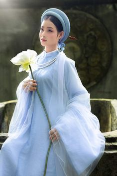 Traditional Wedding Dresses, Traditional Outfits, Scream Queens Fashion, Vietnamese Clothing, Vietnamese Traditional Dress, Beautiful Asian Women, Ao Dai, Classy Women, Asian Beauty