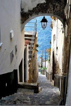 ヨーロッパでも人気の旅行先といえばイタリア。イタリアには、数多くの絶景や世界遺産がありますが、その中でも独自の文化を営んできた南イタリアはいつの時代も人気の観光地です。そんな南イタリアに代表される絶景といえば「アマルフィ海岸」。 今回は、誰もが恋する美しき南イタリアの宝石「アマルフィ海岸」をご紹介いたします。 |イタリア, ヨーロッパ|旅行・観光のおすすめまとめ「wondertrip」