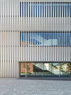 Gallery of Sporthalle Kepler- und Humboldt-Gymnasium / Architekten – 16 Sporthalle Kepler- und Humboldt-Gymnasium,© Zooey Braun Factory Architecture, Facade Architecture, Construction City, Factory Design, Building Facade, Facade Design, House Layouts, Cladding, School