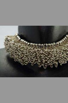 """Clémence Heugel - tour de cou épingles collection """"hérisson"""" !!!!!!!!!!!!!!!!!!!!!!!!!!!!!!!!!!!!!!!!! vendue ) la boutique du Musée beaubourg .... """"elle commence dans les années 90 une ligne de bijoux vendue à Paris,"""" diplome ENSAD en 1980 puis Ecole Boulle ...........  moi, MES bijoux, les MÊMES, de la même époque, sont de Marie-Lise Goëlo ........"""