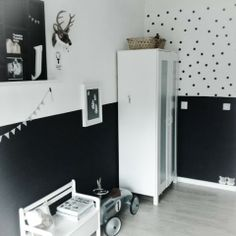 In wijk daar staat een huis White Nursery, Nursery Room, Kids Bedroom, Boys Monochrome Bedroom, Black Feature Wall, White Kids Room, Baby Boy Rooms, Fashion Room, Baby Decor