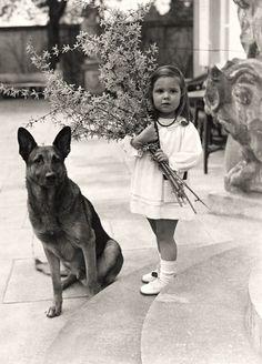 Helga Goebbels et le chien de Adolf Hitler. Elle a été tuée par ses parents dans le bunker de Berlin que l'empire nazi émietté. Pauvre petite fille .