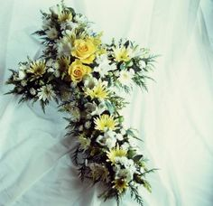 Resultado de imagen para flower arrangement for funeral Grave Flowers, Cemetery Flowers, Funeral Flowers, Diy Flowers, Flower Pots, Flower Ideas, Graveside Decorations, Funeral Flower Arrangements, Vase Arrangements