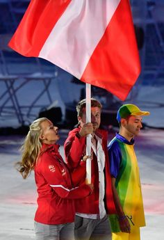Austria's Thomas Zajac and Tanja Frank parade during the closing ceremony of the Rio 2016 Olympic Games at the Maracana stadium in Rio de Janeiro on August 21, 2016. / AFP / Fabrice COFFRINI