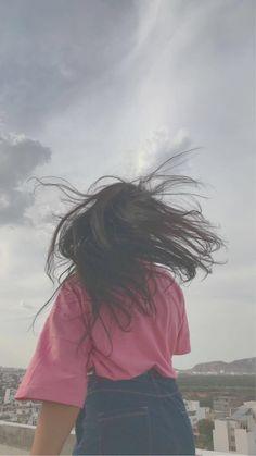 aesthetic sky with a girl hair flipping Teen Photography Poses, Teenage Girl Photography, Cute Girl Poses, Girl Photo Poses, Cool Girl Pictures, Girl Photos, Bebe Love, Applis Photo, Hair Flip