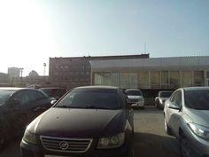 Аренда торгового помещения в центре Волгограда. Вид с проезжей части, сделанный из проезжающего мимо автомобиля. Подробнее на http://volgogradarenda.ru