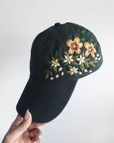 Envoi de cette beauté verte de forêt commandée aujourd'hui # Hat Embroidery, Cross Stitch Embroidery, Embroidery Patterns, Embroidered Caps, Embroidered Clothes, Bone Bordado, Diy Broderie, Mode Vintage, Diy Clothing