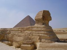 Nombre: La Gran Esfinge de Gizeh Por supuesto, la escultura más famosa de todas y la más representativa del arte egipcio. Esta maravilla del mundo, tiene 73 metros de largo por 20 de alto y 14 de alto. Está esculpida aprovechando una roca de la zona, y aún no se sabe a ciencia cierta su propósito ni en honor a quién está erigida: los historiadores y arqueólogos llevan siglos discutiéndolo, y hay muchas teorías. Uno de los enclaves más misteriosos y majestuosos del mundo, sin duda.