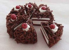 Modeling guide Miniature Black Forest Cherry Cake Source by Polymer Clay Cake, Polymer Clay Miniatures, Polymer Clay Charms, Barbie Food, Doll Food, Miniature Crafts, Miniature Food, Crea Fimo, Tiny Food