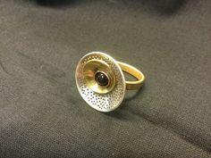 Ring zilver, messing en koper met onyx, gemaakt door Rene, tijdens de cursus edelsmeden bij Monique Peters