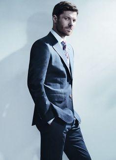 Un elegante #XabiAlonso luciendo un #traje de la colección #black de #EmidioTucci con #corbata de cuadros #ElCorteIngles