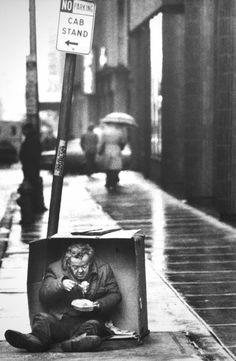 """Filadelfia sin hogar de Tom Gralish de 1986 del Premio Pulitzer.  """"Me gusta cualquier tipo de comida.  Lo que está ahí, yo lo compre.  Un día de calor un perro, el siguiente alimento chino, sándwich de carne asada """"-. Walter, Philadelphia, las personas sin hogar.  Walter Gralish permite fotografiar a él, """"la gente le gusta que le presten atención a ellos.  Estos chicos tenían desprecio por la sociedad y por las normas: es por eso que se opuso a los refugios.  Se veían a sí mismos como los…"""
